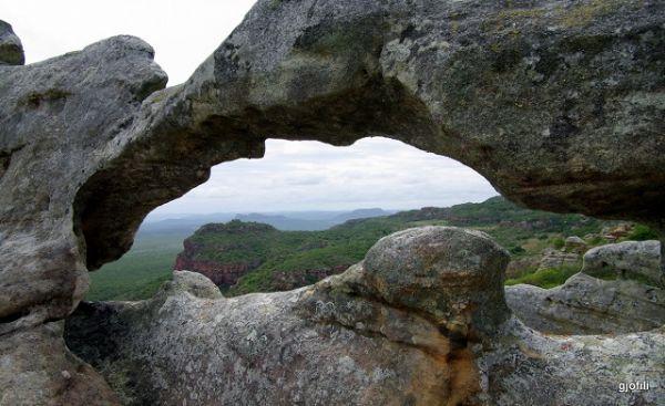 Conheça a Pedra Furada no Parque Nacional do Catimbau
