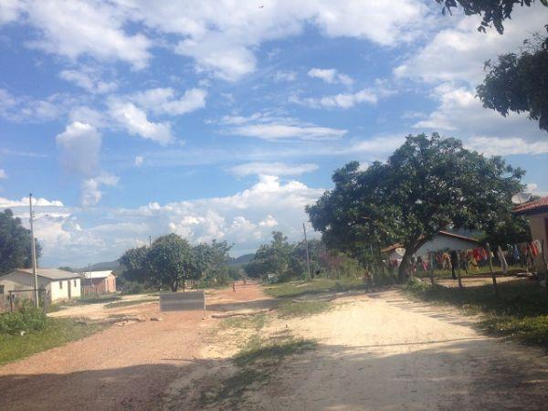 A pequena e simples Vila Kalunga Engenho II. A trilha para a Cachoeira Santa Bárbara começa nesta vila. Créditos: Tawana Miquelino