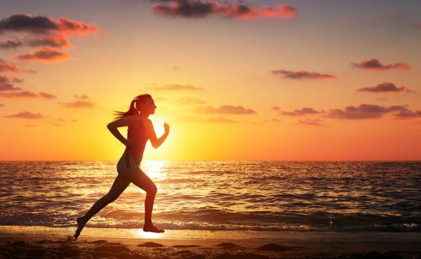 Exercitar-se à beira do mar é uma excelente maneira de aproveitar a praia | Fonte: Banco de Imagens