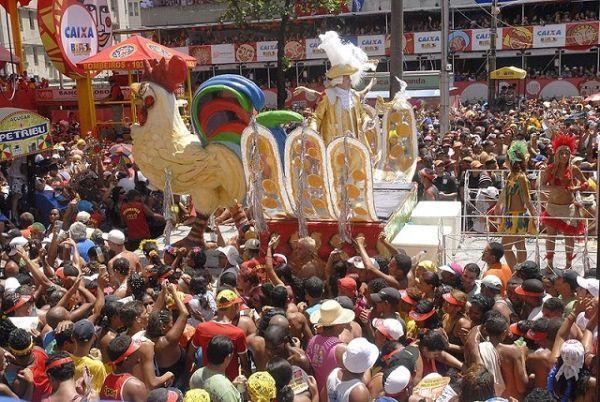 Galo da Madrugada, em Recife, um dos destinos de carnaval